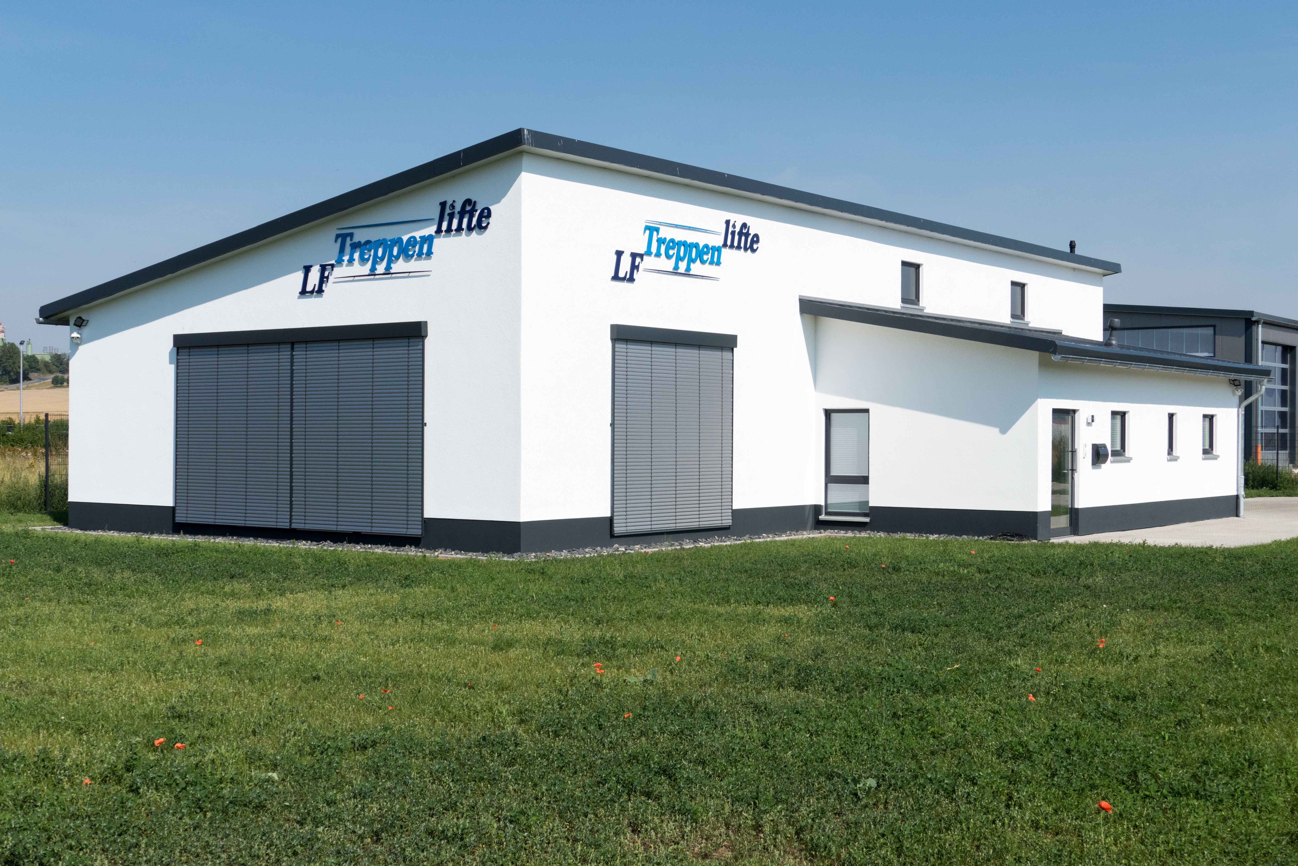 Firmengebäude von LF-Treppenlifte in Fritzlar, Gartenansicht